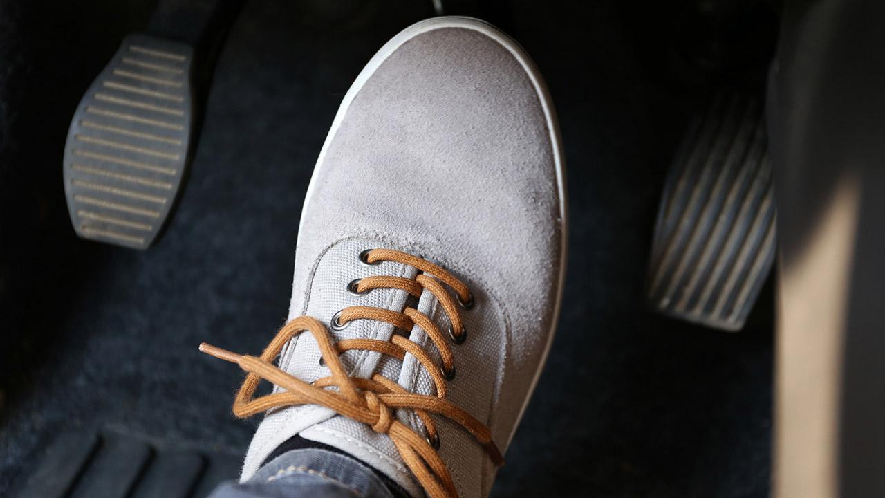 So kontrolieren sie ihren Bremsen verschleiß - Person hat den Fuß am Bremspedal