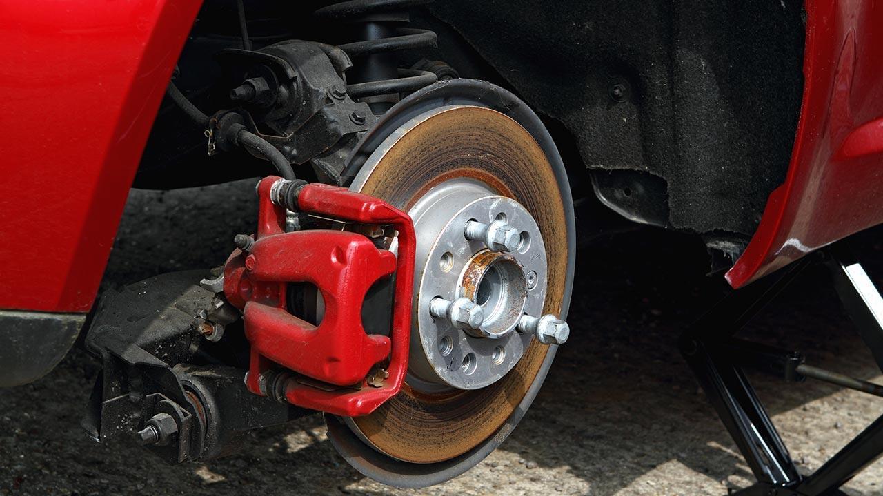 So kontrolieren sie ihren Bremsen verschleiß - beim Reifenwechsel werden die Bremsscheiben angeschaut werden