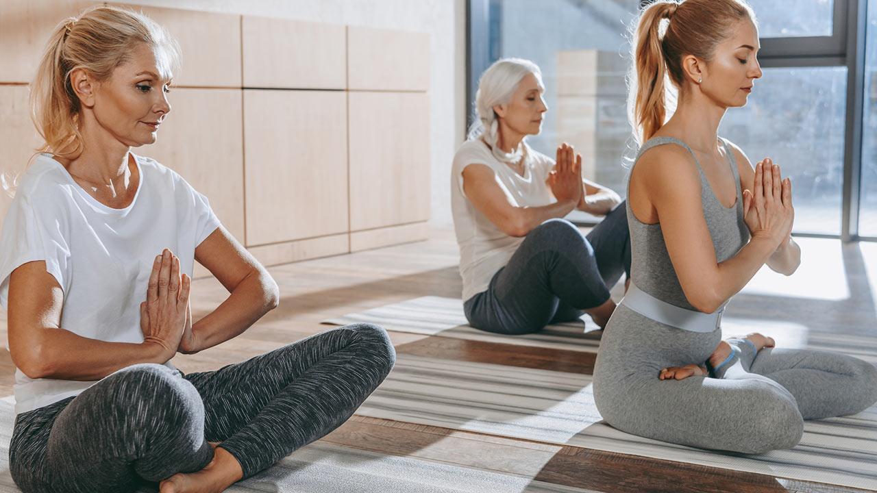 Fitness für die Seele - Mentales Training - drei Frauen meditieren