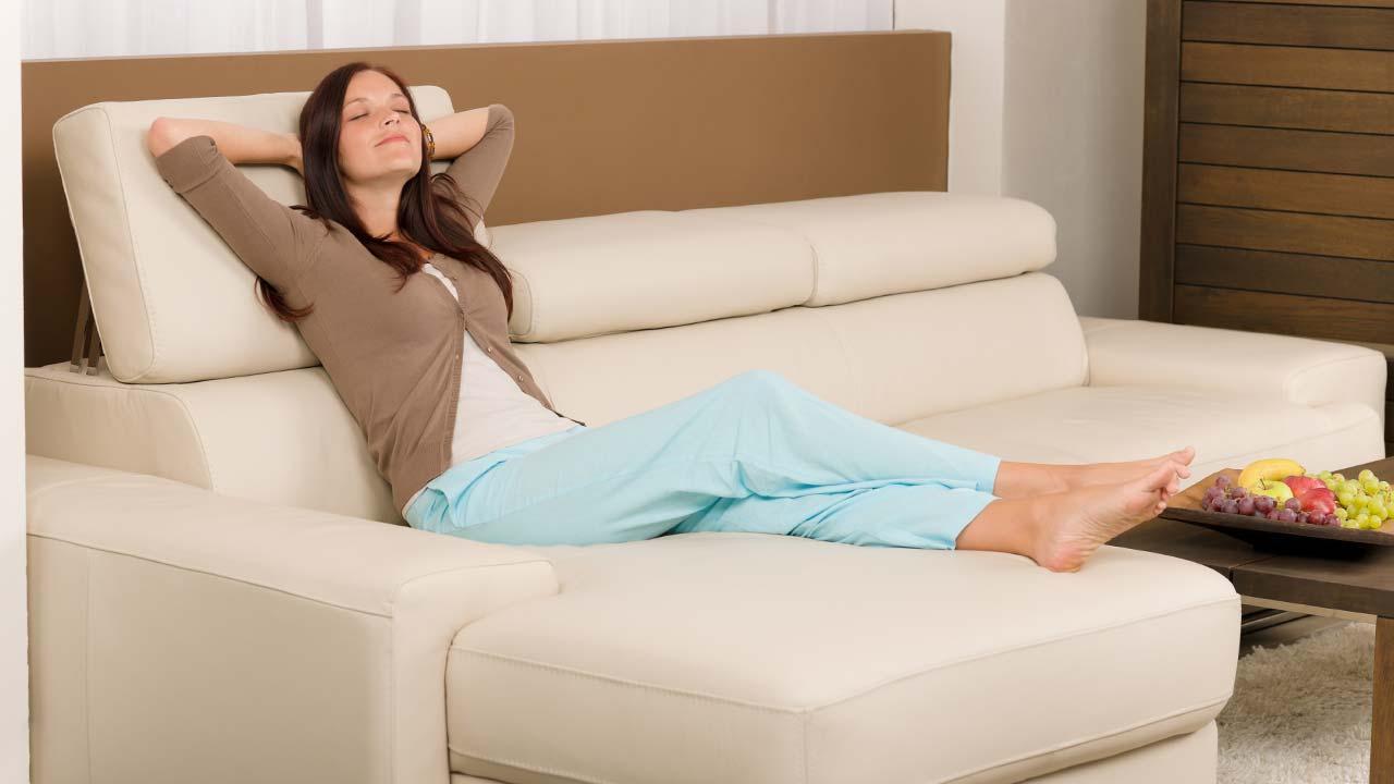 Meditation zur Entspannung - am Sofa