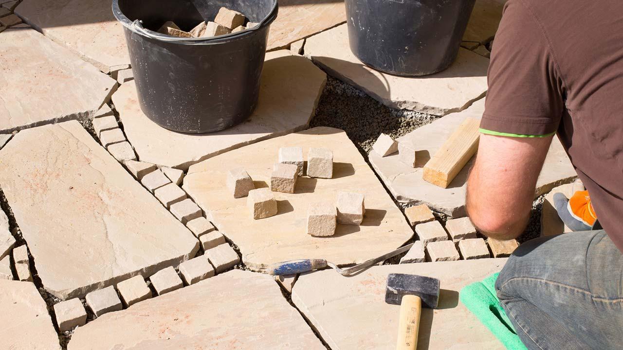 Tipps zum Pflastern einer Steinterrasse - Verlegung von Sandsteinen