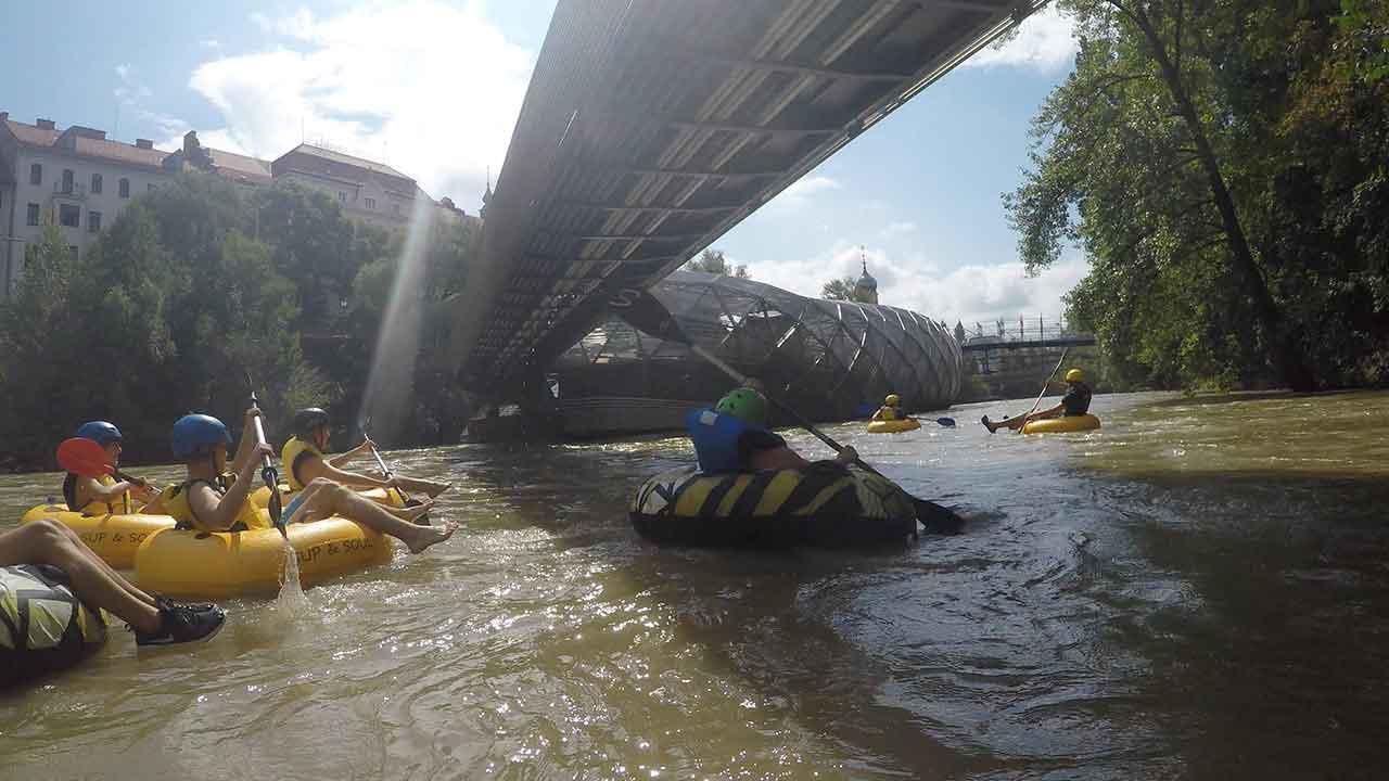 Tubing - die Trendsportart am Wasser für die ganze Familie - unter der Brücke