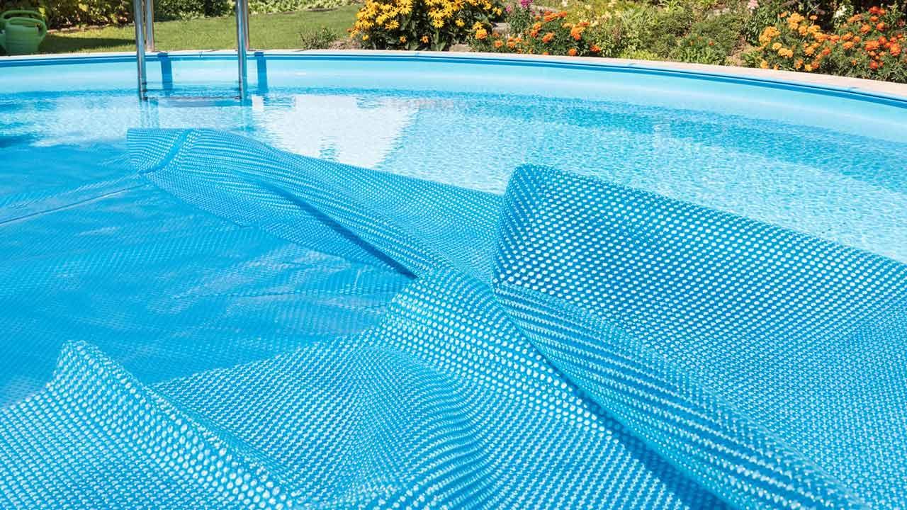 Den Swimmingpool richtig einwintern - Polsterfolie