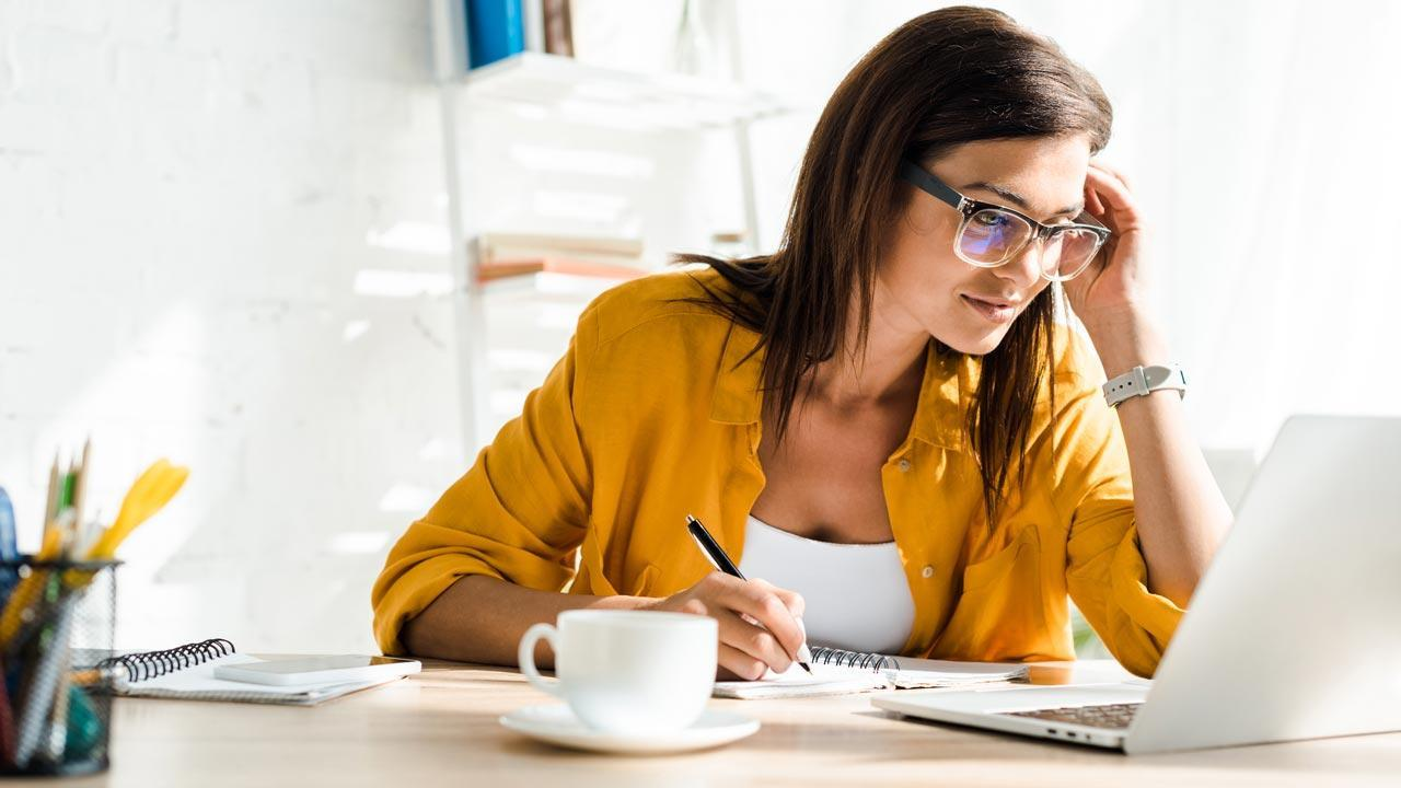Produktivität im Home Office / Home Schooling - Frau am Laptop