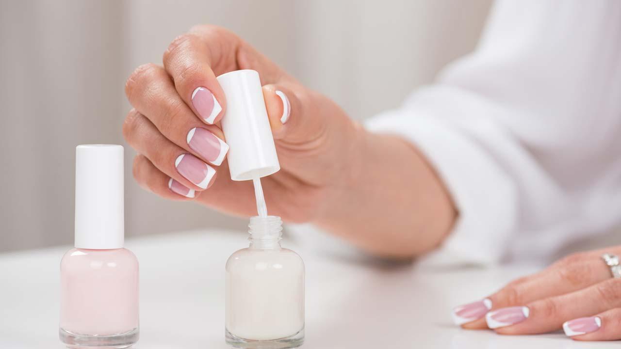 So gelingt die Maniküre & Pediküre von zu Hause - weißer Nagellack