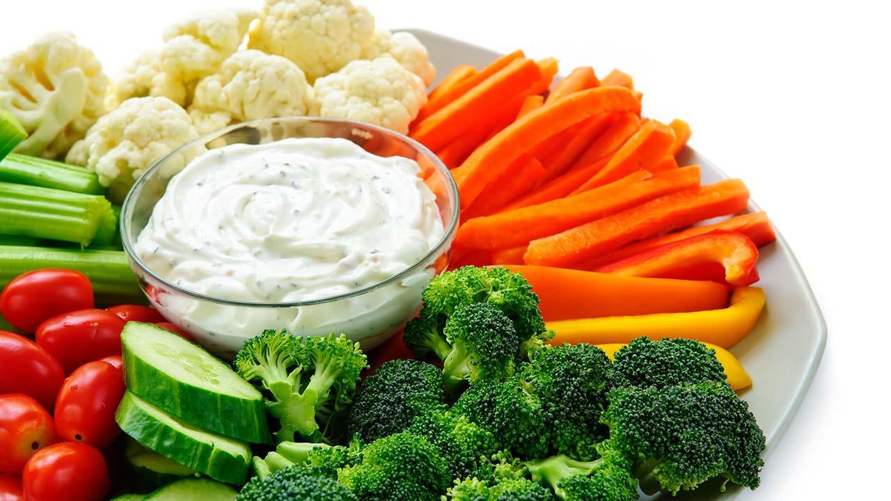 Selbstgemachte Snacks für den perfekten Filmeabend - Gemüsesticks mit Dip