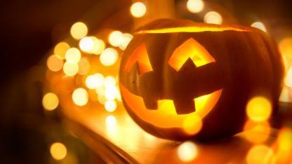 e schönsten Halloween Deko-Ideen für Zuhause - Kürbis mit Kerzen