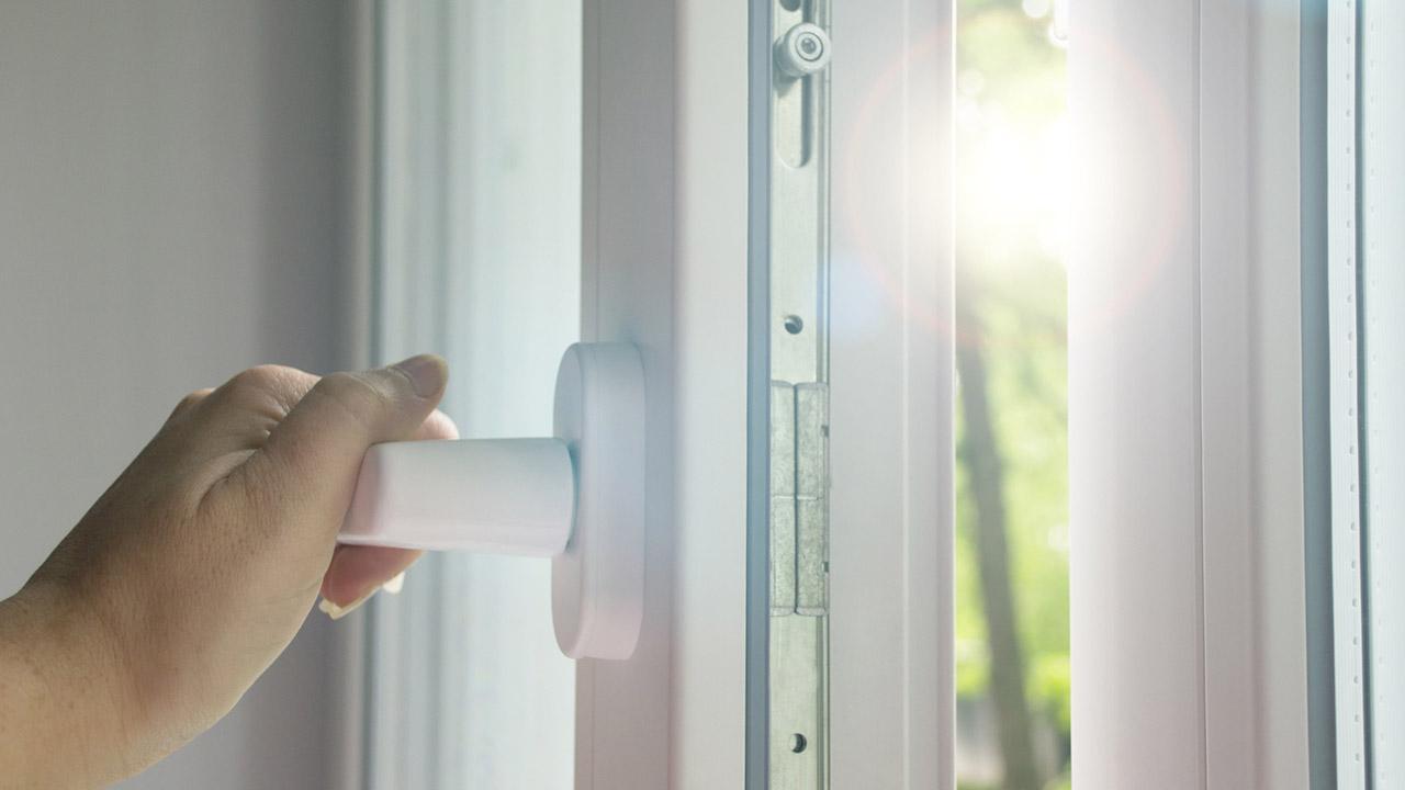 Fenster und Türen im Herbst kontrollieren -  Kontrolle