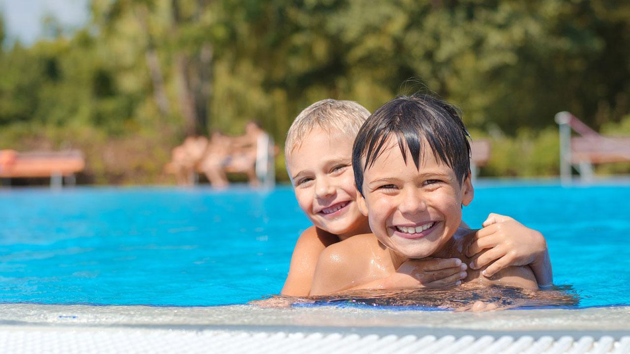 Die schönsten Erlebnisbäder in Österreich - Kinder beim Schwimmen