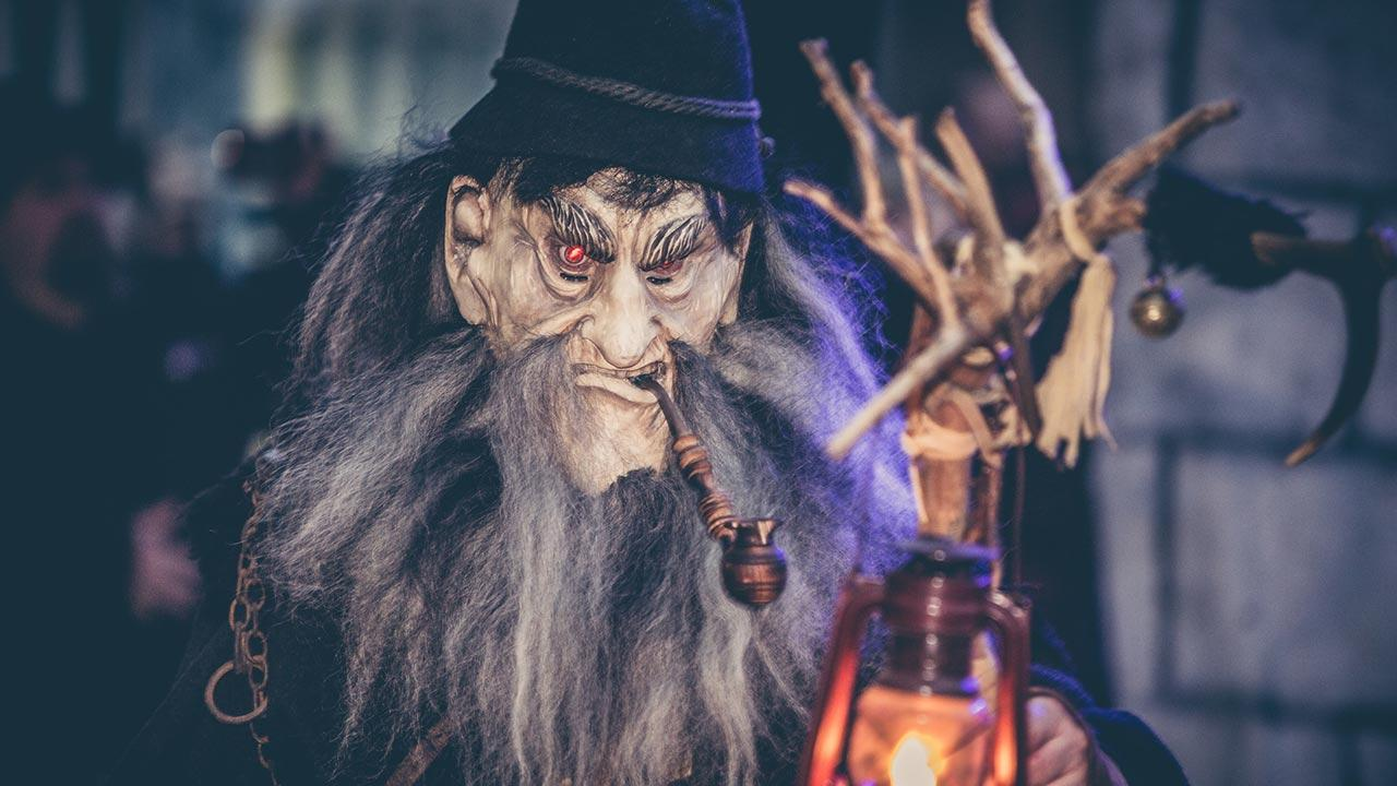 Krampus und Perchtenläufe in den Alpen - traditionelle Masken