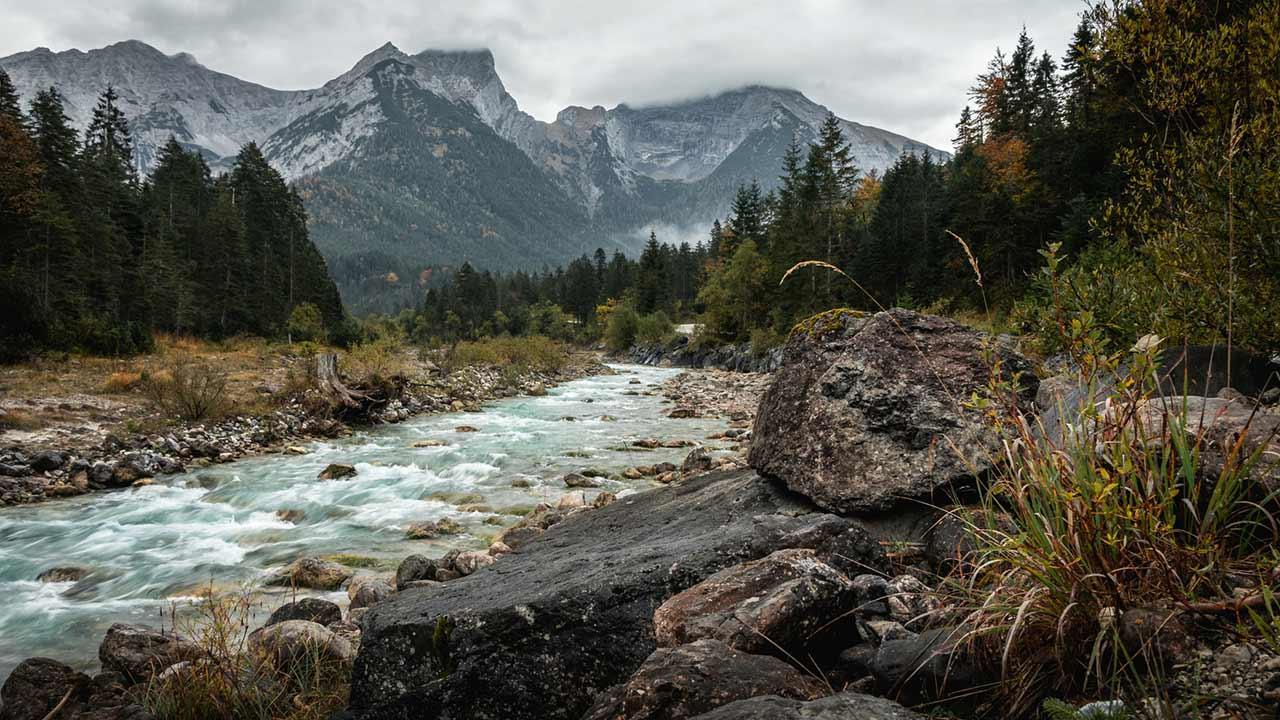 Abwechsungsreiche Wanderrouten im Karwendelgebirge - Wilder Fluss