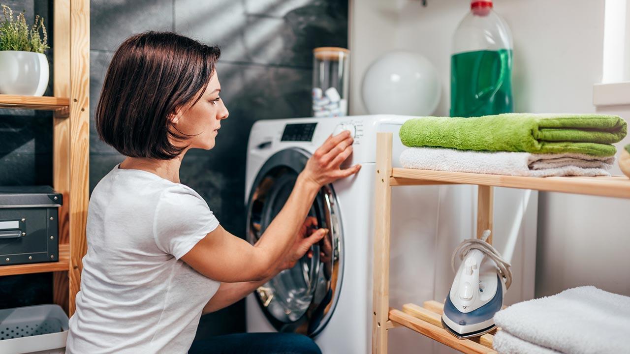 Worauf Sie beim Kauf eines Trockner achten sollten - Frau wählt Programm