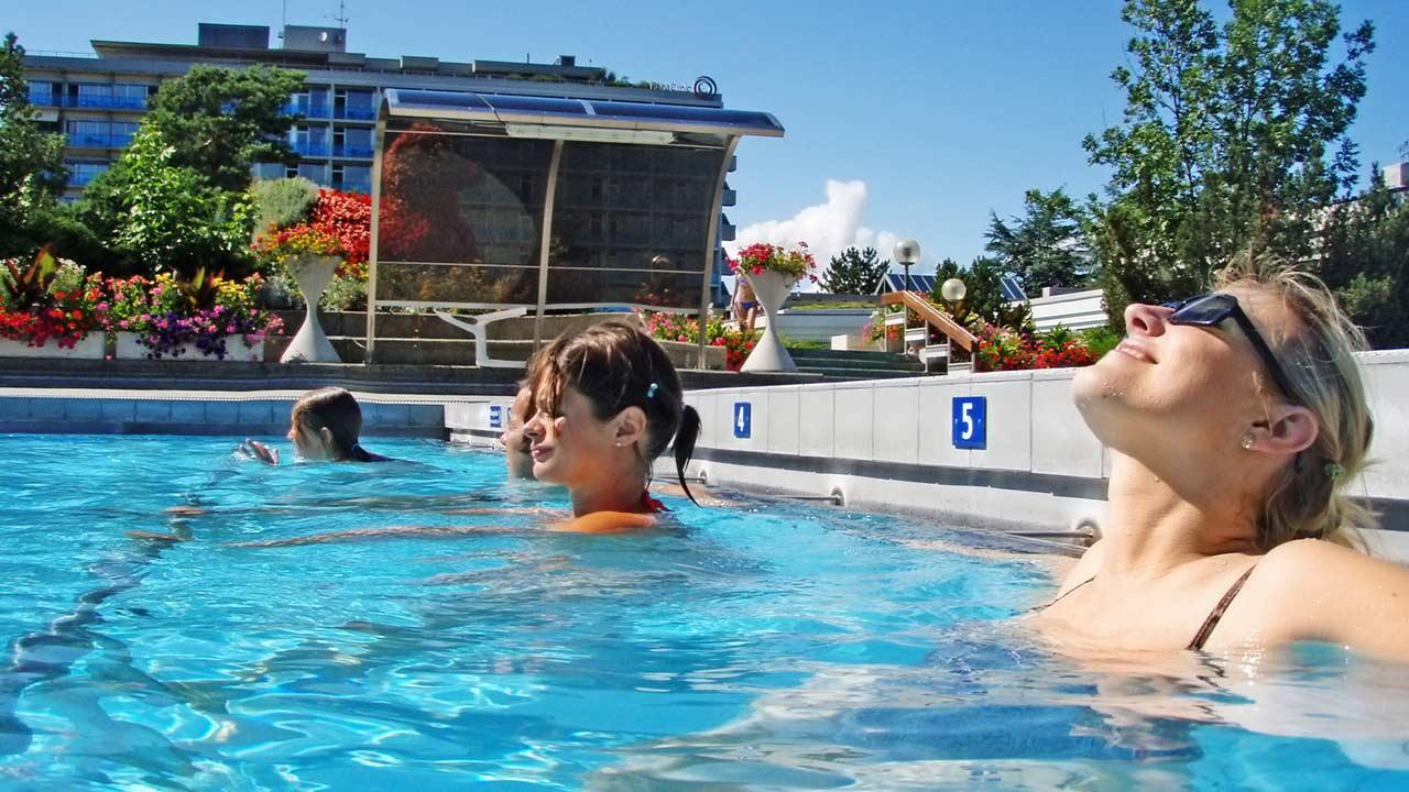 Erleben Sie Wellness pur in Schweizer Thermen - Frauen entspannen