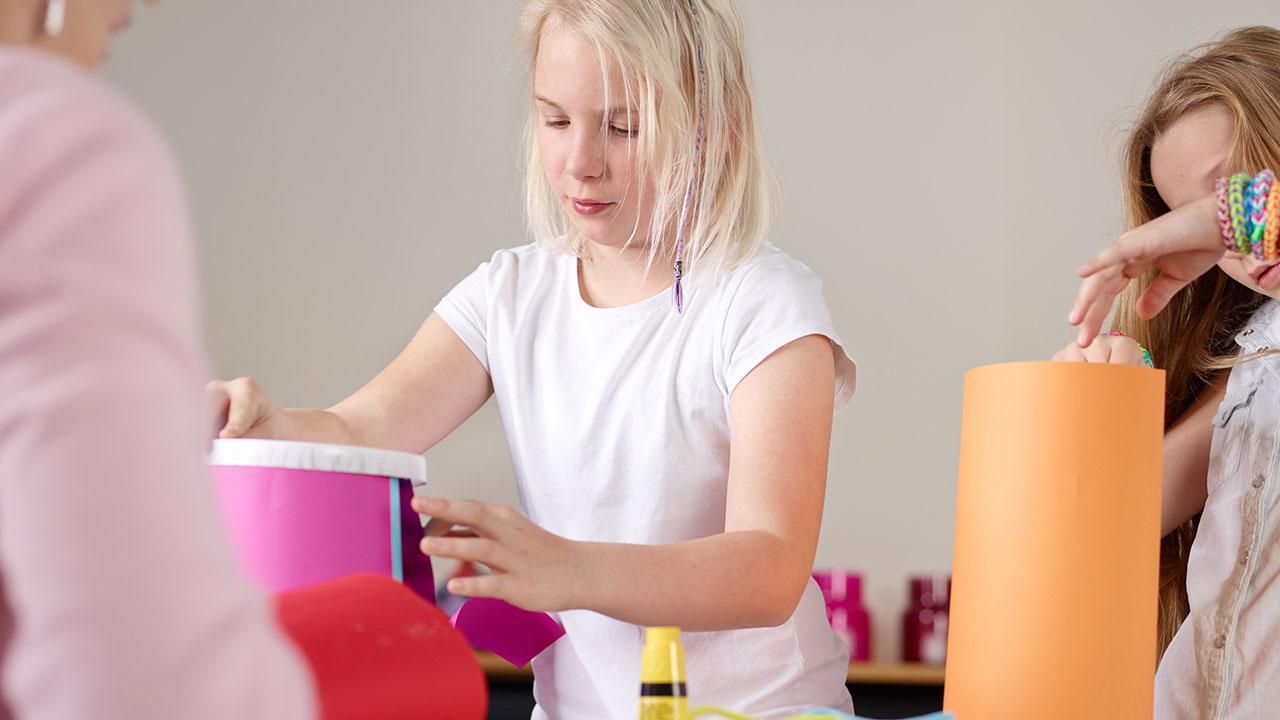 Laternen basteln mit Kindern - Mädchen kleben