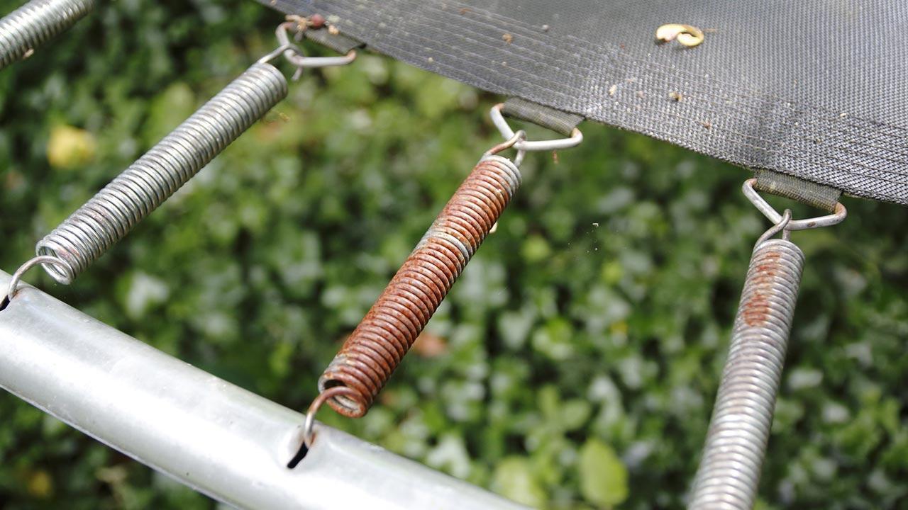 Trampolin im Winter abbauen oder abdecken - rostige Federn