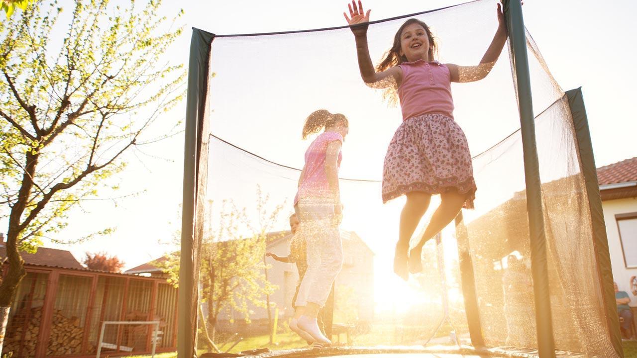 Trampolin im Winter abbauen oder abdecken - Kinder beim springen