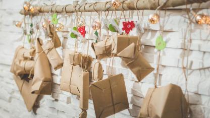 Adventskalender kaufen oder selber basteln - mit Packpapier an der Wand
