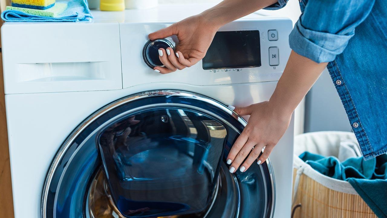 Untermieter - Fremder oder Freund im Haus - Waschmaschine füllen