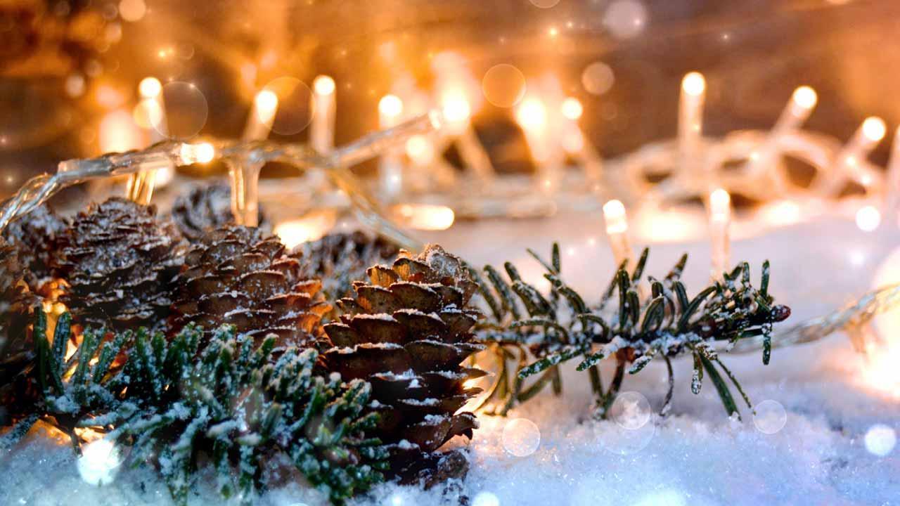 Weihnachtsaussenbeleuchtung - Projektor versus Lichterkette - im Schnee