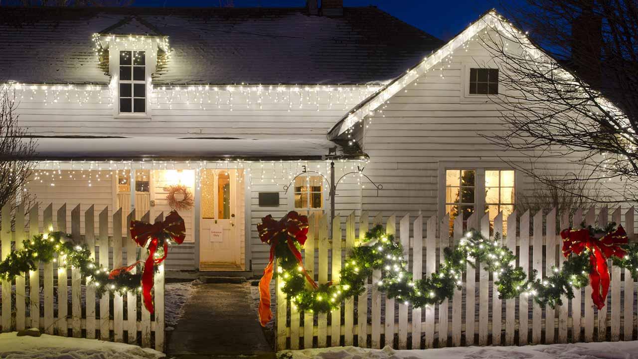 Weihnachtsaussenbeleuchtung - Projektor versus Lichterkette - geschmücktes Haus