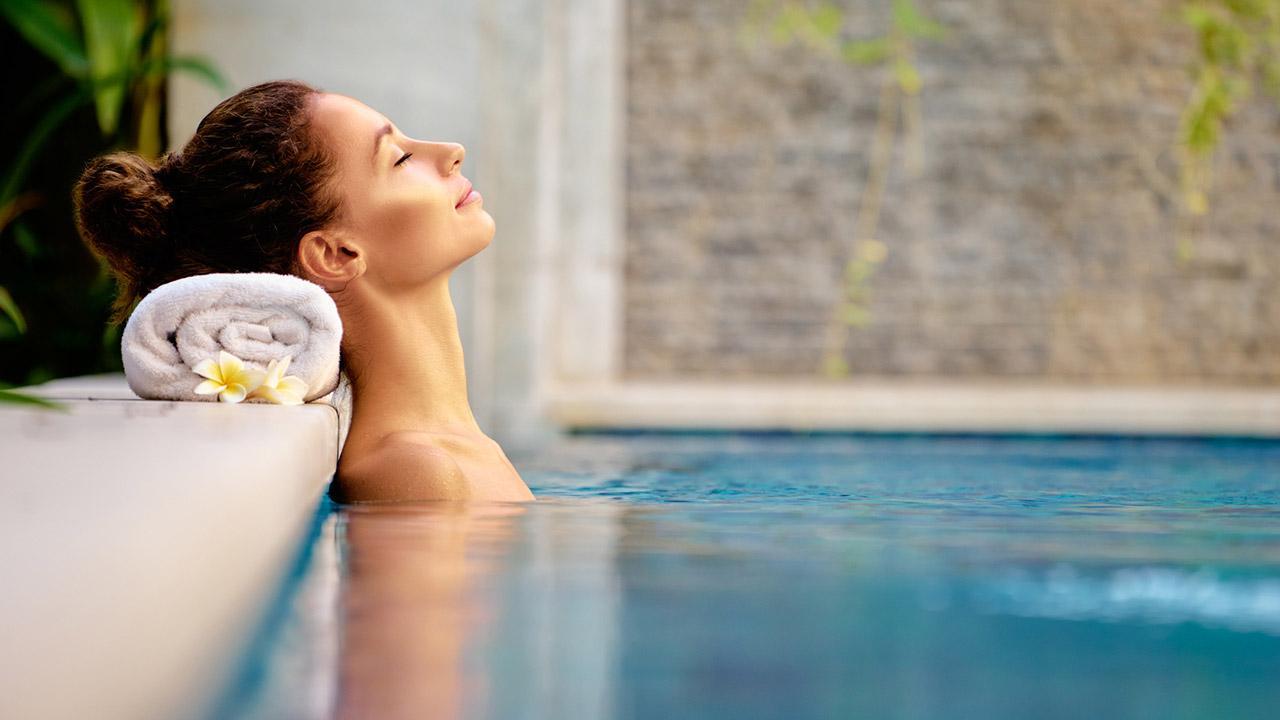 Die schönsten Thermen in Deutschland  - Frau im Pool