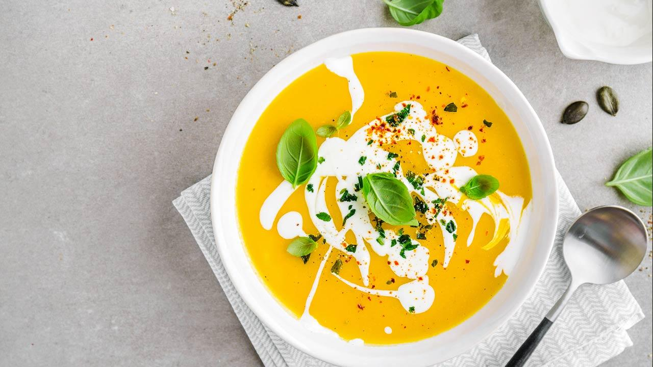Das Rezept für die perfekte Kürbissuppe - schön angerichtet
