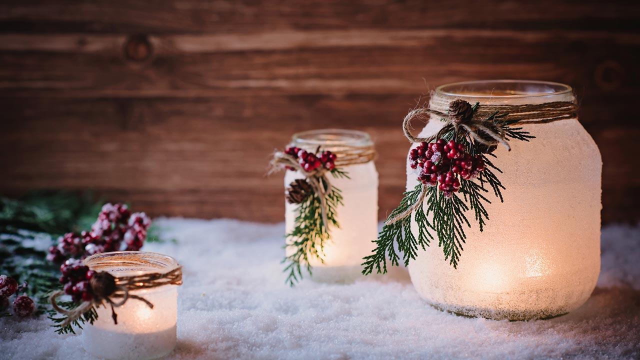 Weihnachtsdekoration für den Garten - Kerzen im Schnee