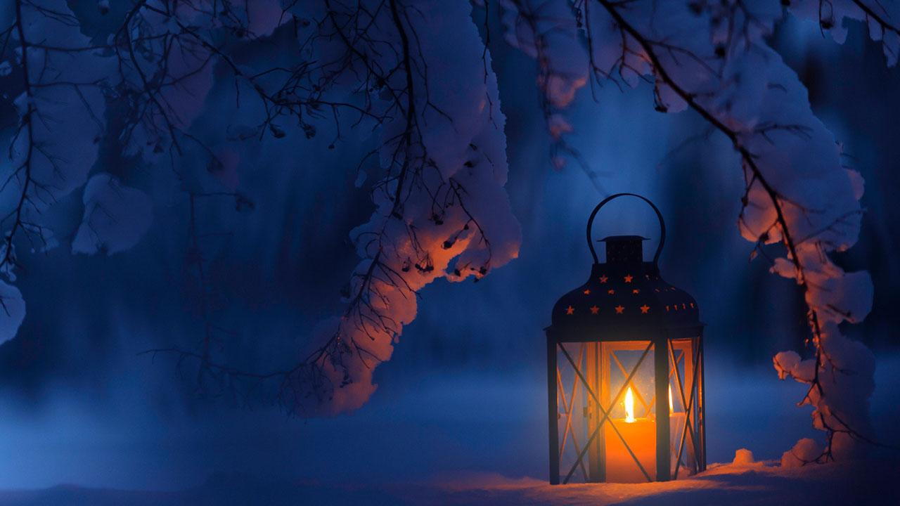 Weihnachtsdekoration für den Garten - Laterne im Schnee