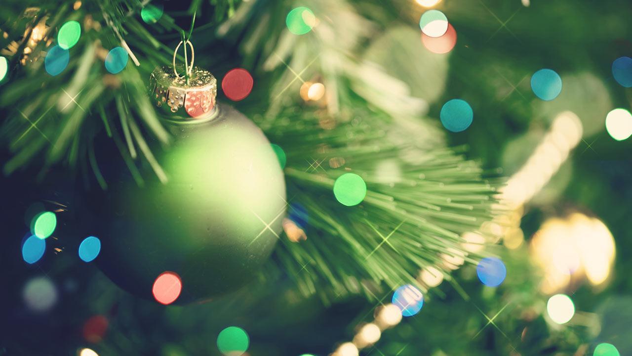 Der perfekte Weihnachtsbaum im Haus - grüne Weihnachtskugel