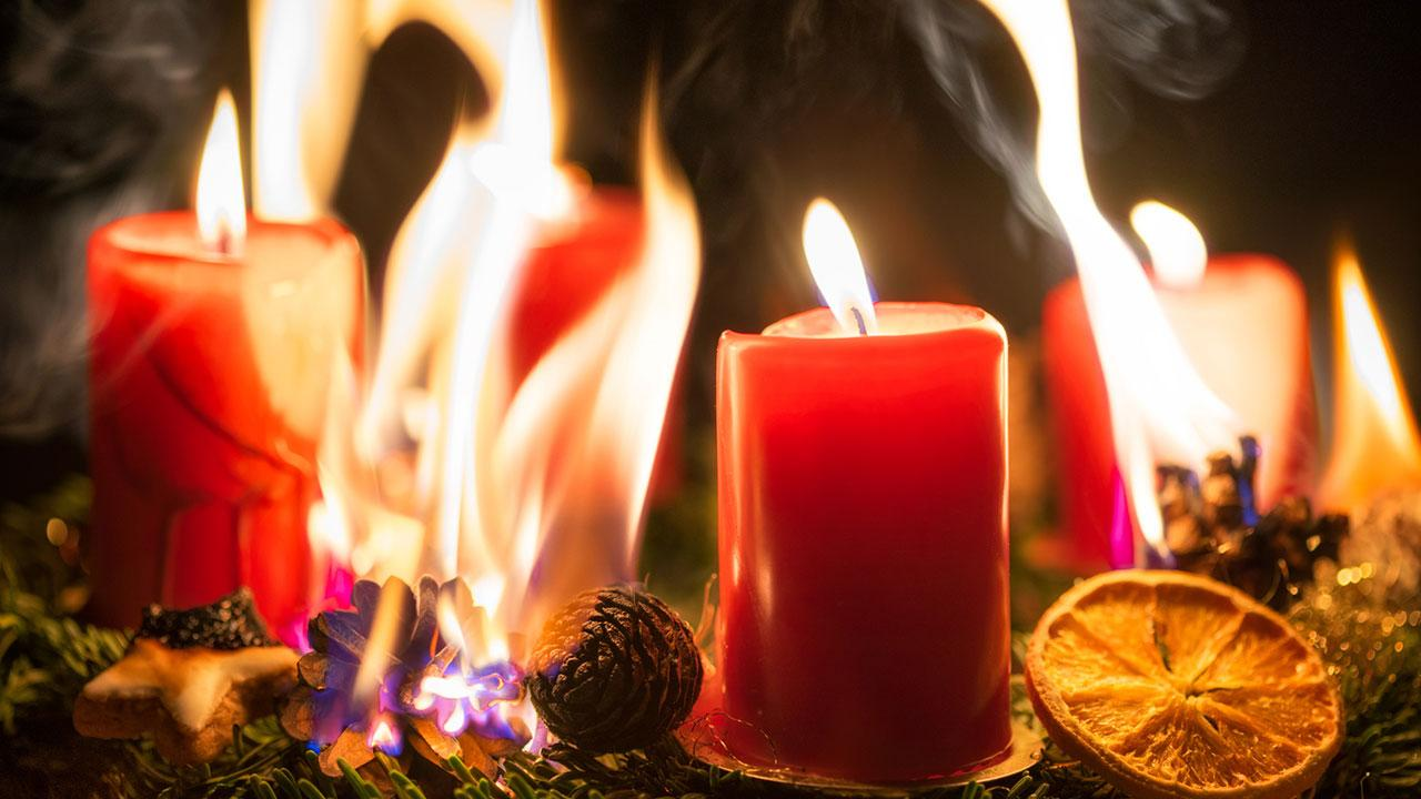 Brandschutz Vorsichtsmaßnahmen für Weihnachten und Silvester - Adventkranz brennt