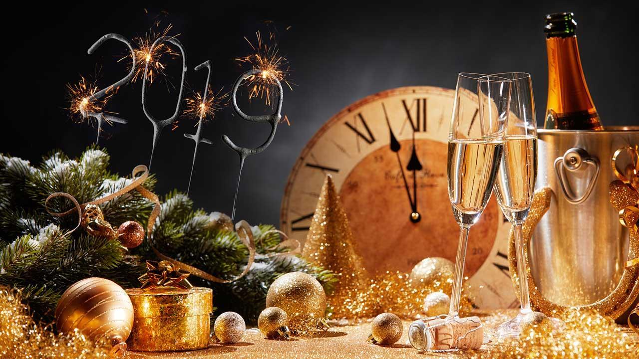 Wie plane ich eine schöne Silvester-Feier - Sektkübel, Gläser und Uhr