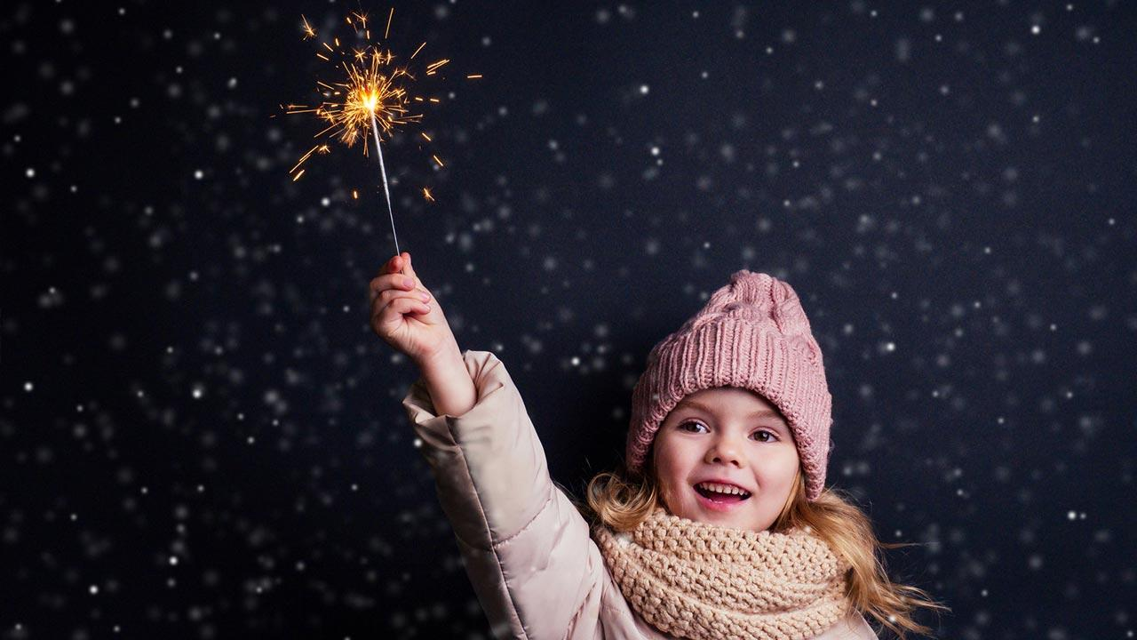 Silvesterfeuerwerk mit Kindern, worauf muss man achten - Mädchen mit Sternspucker
