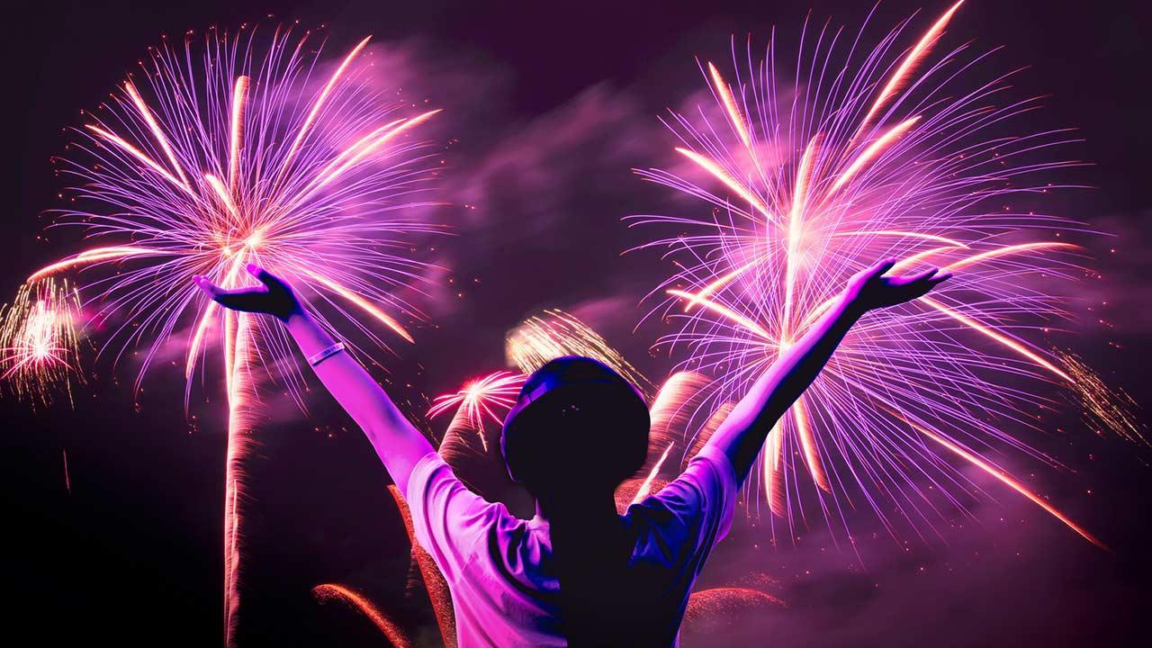 Silvesterfeuerwerk mit Kindern, worauf muss man achten - Mädchen mit lila Feuerwerk