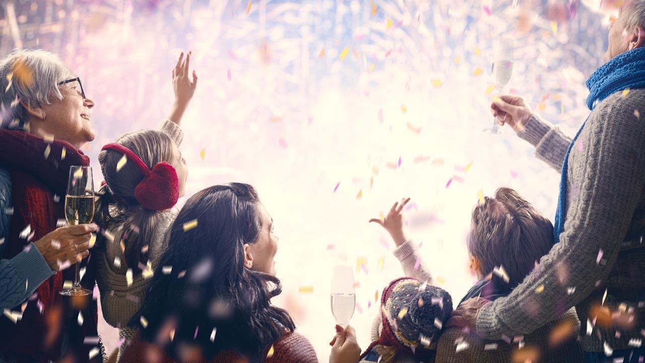 Silvesterfeuerwerk mit Kindern, worauf muss man achten - Familie mit Feuerwerk
