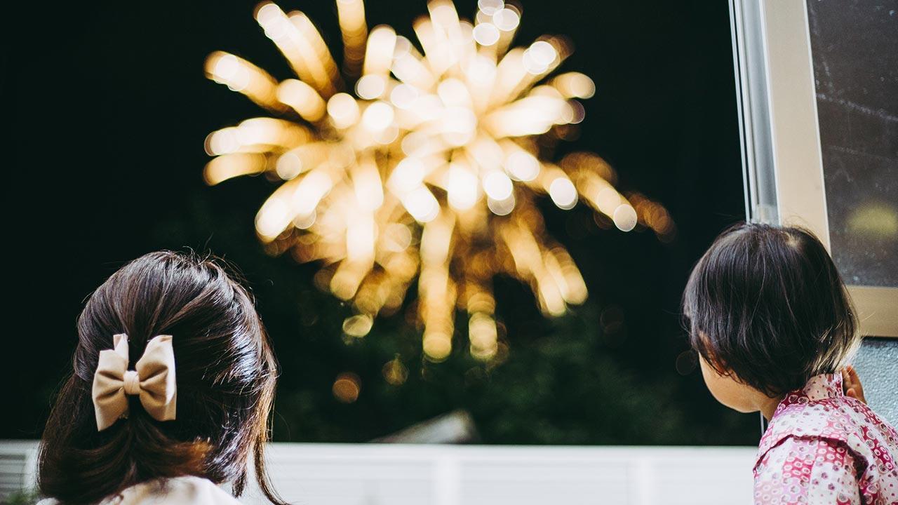 Privates Feuerwerk im Garten - Vor- und Nachteile - Betrachten des Feuerwerks