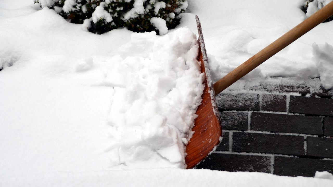 Mit Salz oder Splitt dem Glatteis entgegenwirken - Schnee schieben