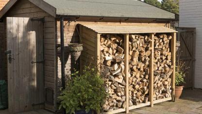 Brennholz einlagern im Winter - Holzlager
