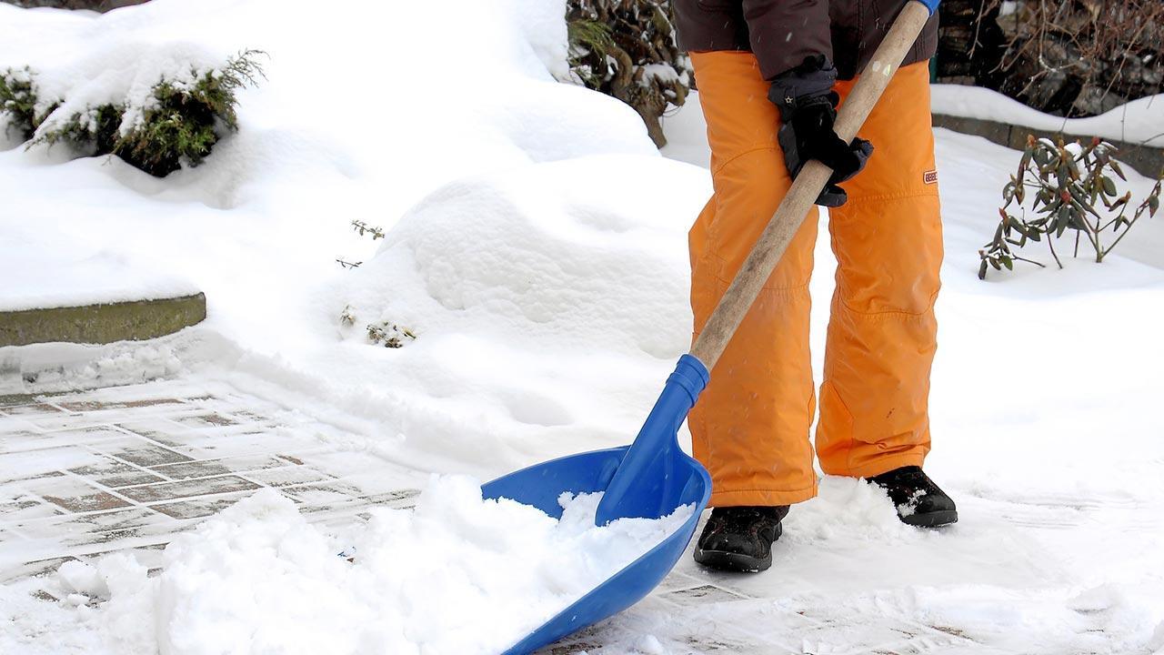 Tipps für Anschaffung einer neuen Schneeschaufel - in Blau