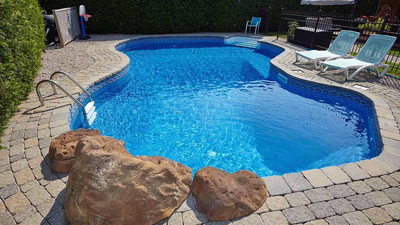 Schwimmteich statt Swimmingpool - Pool mit individueller Form