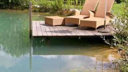 Schwimmteich statt Swimmingpool - Schwimmteich mit  Holzsteg