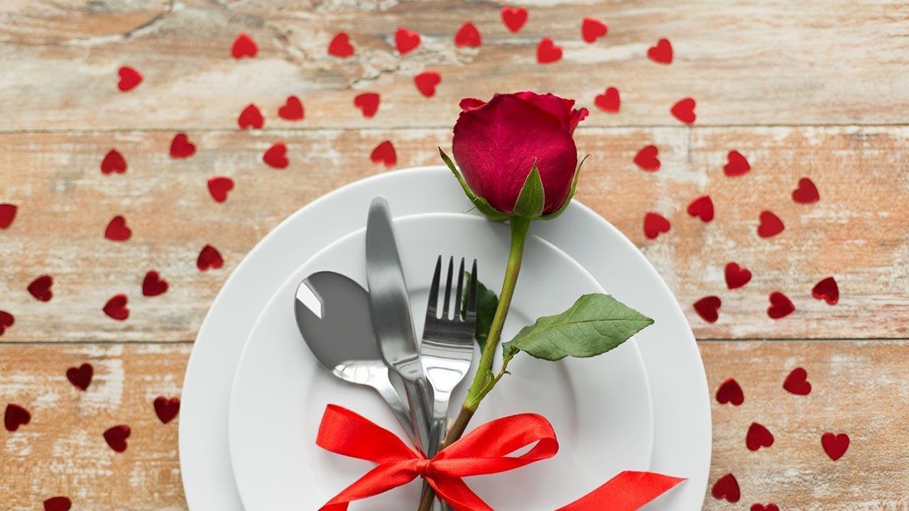 Ein romantisches Valentinsgeschenk - Rose auf dem Teller