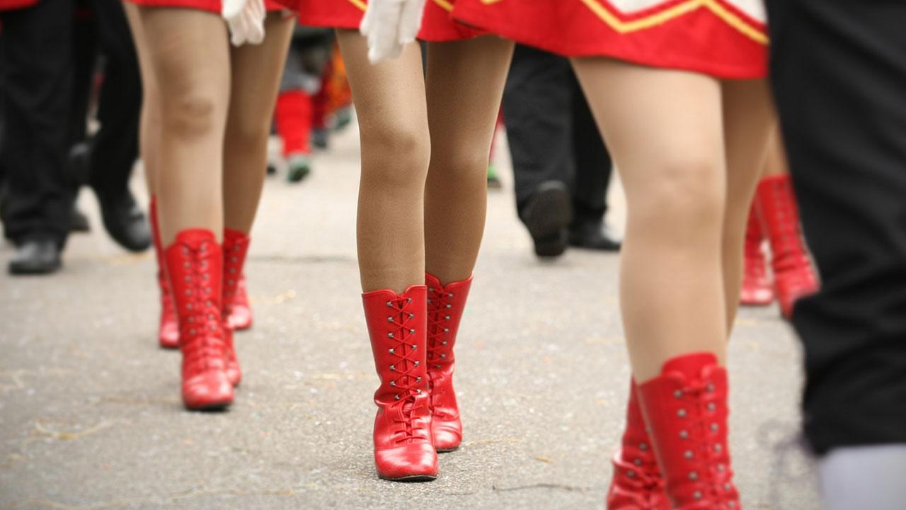 Faschingsumzug in Franken - rote Damenstiefel