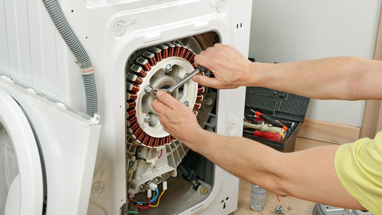 Kohlebürsten der Waschmaschine wechseln - Antriebsriehmen ausbauen