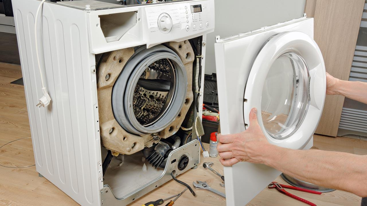 Kohlebürsten der Waschmaschine wechseln - Abdeckung runter nehmen