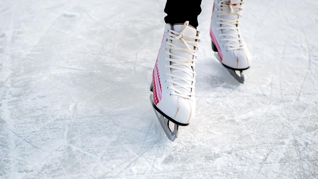 Ein Eislaufplatz im Garten - Dameneislaufschuhe