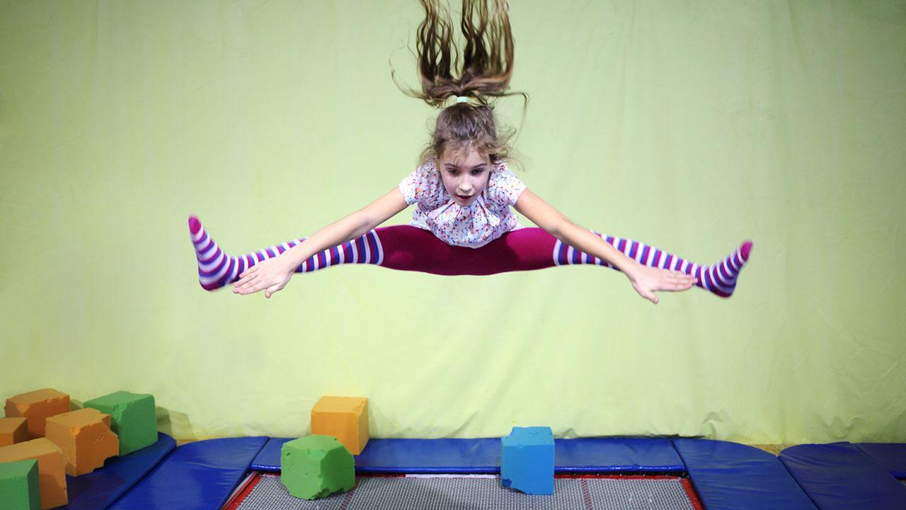 Die Trapolinhalle bringt die Kinder vom Fernseher weg - Mädchen springt