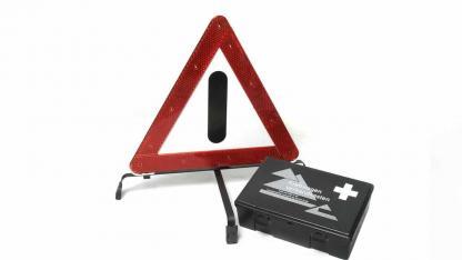 Warndreieck und Verbandskasten kontrollieren