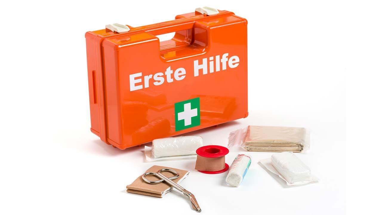 Warndreieck und Verbandskasten kontrollieren - Erste Hilfe Koffer
