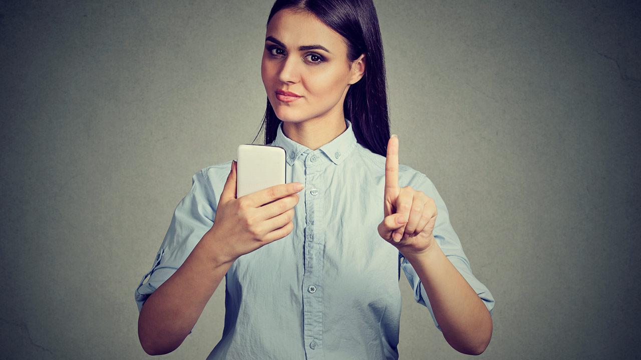 Verzicht aufs Handy zur Fastenzeit - Frau lehnt Telefon ab