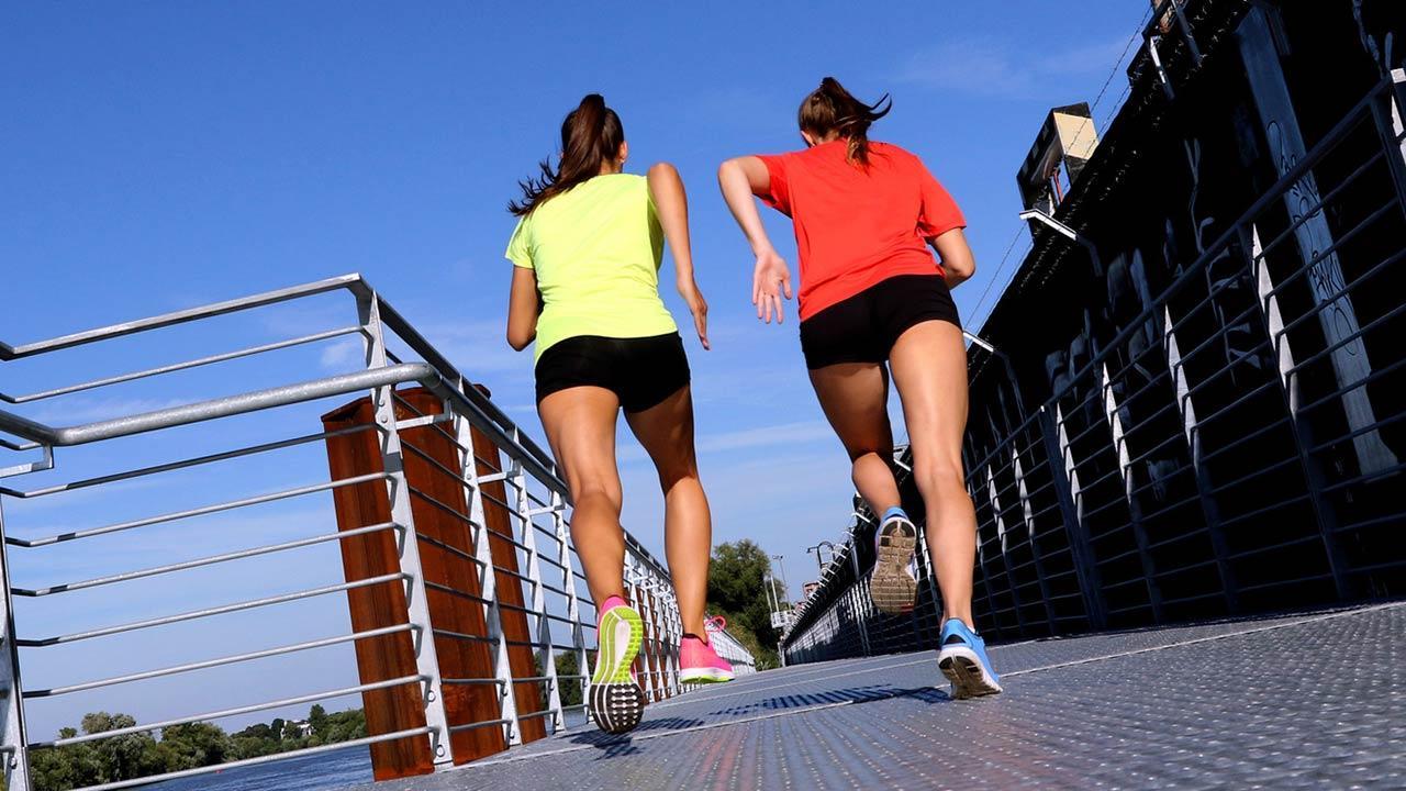 Laufkleidung richtig auswählen - 2 Frauen beim Laufen